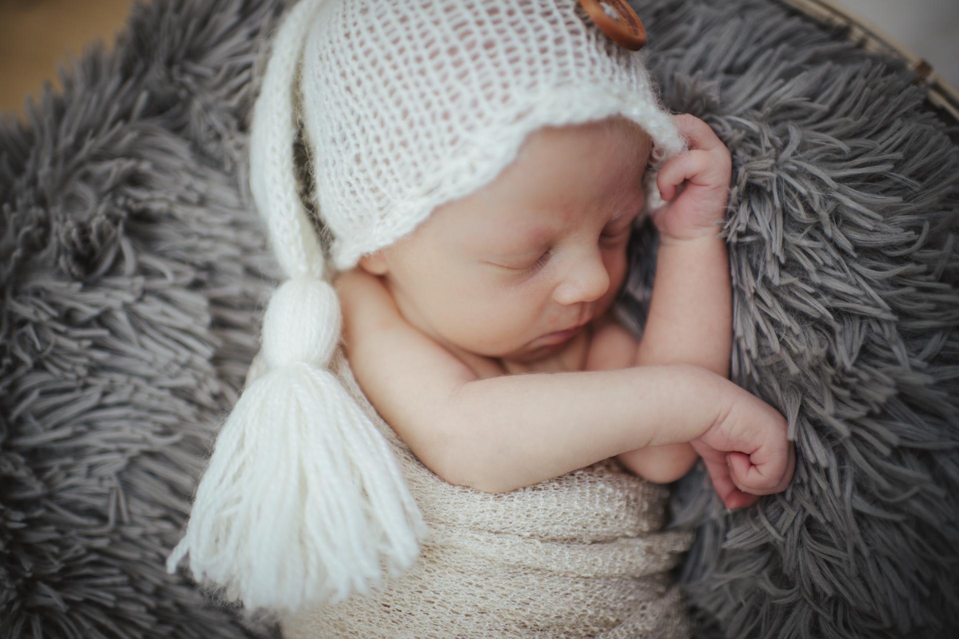 newbornfotos-schlafend-vert